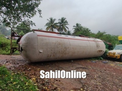 Empty gas tanker topples on highway near Nishat hospital in Bhatkal