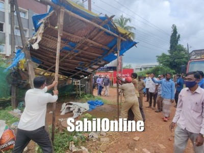 Bhatkal Town Municipal Council (TMC) evacuates roadside petty shops on highway