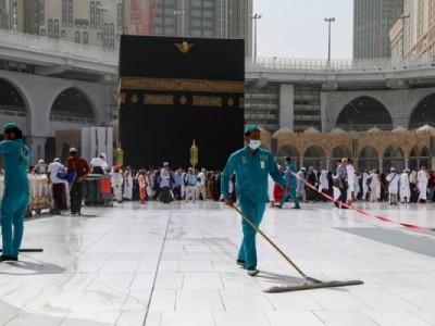 مسجد حرام کی صفائی ستھرائی کے لیے چار ہزار مرد و خواتین خدام مقرر