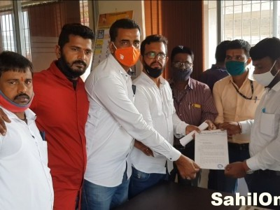 Delegation of Bhatkal taxi union meet toll gate Manager at Shiroor and submits memorandum