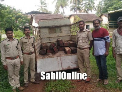 Forest officials seize teakwood laden vehicle in Bhatkal, accused escape