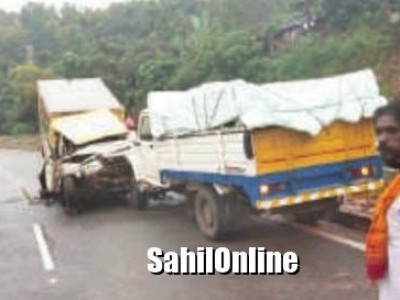 One killed as two mini trucks collide each other on Kumta NH-66