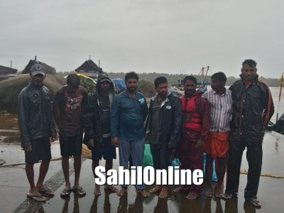 بھٹکل:طوفانی بارش کے درمیان بیچ سمندر میں بوٹ کا انجن بند؛ بری طرح پھنسے ماہی گیروں کو بچالیا گیا