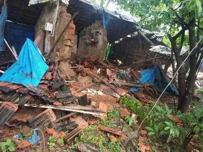 بھٹکل : طوفانی ہواوں کے ساتھ جاری بارش سے منڈلی میں گھر کی دیوار گرگئی؛ افراد خانہ محفوظ