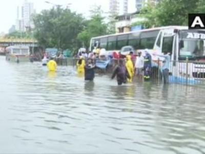 ممبئی میں طوفانی بارش سے سیلابی صورتحال، عام زندگی مفلوج، متعدد رہائشی کالونیاں زیر آب