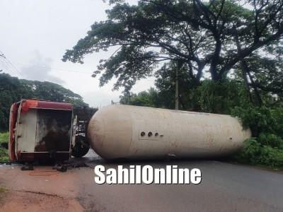 Gas filled tanker topples on Kumta NH-66, traffic affected