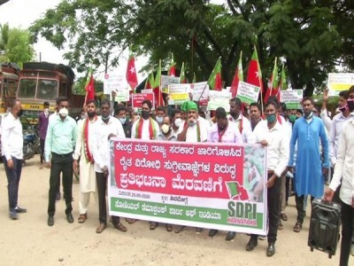 SDPI blocks highway in protest against agriculture bills
