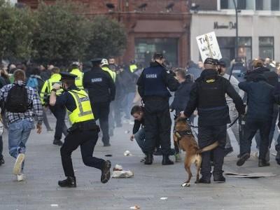 ڈبلن میں کورونا لاک ڈاؤن سے اکتائے مظاہرین اور پولیس کے درمیان جھڑپ