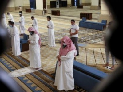 سعودی عرب :کرونا کے خطرات کے باعث 5 مساجد بند، 141 کو کھول دیا گیا