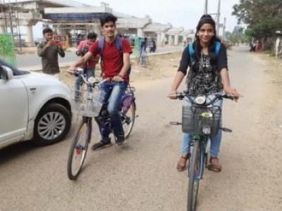 کاروار: پی یو سی میں زیر تعلیم دوطلبا نے اپنی ذہانت سے تیار کی بیٹری سے چلنے والی الکٹریکل سائیکل