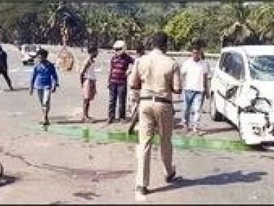 کمٹہ کے مرجان قومی شاہراہ پر کار اور بائک کی ٹکر : بائک پر سوار دو افراد شدید زخمی