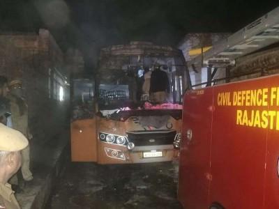 جالور میں بس میں کرنٹ سے آگ لگنے سے 6 لوگوں کی موت