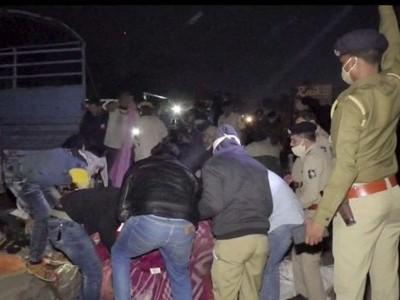 گجرات میں سڑک کنارے سونے والے مزدوروں پر ڈمپر لاری چڑھ گئی، 15 ہلاک