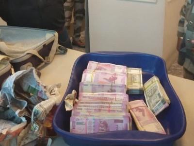 بنگلورو  انٹرنیشنل ایئرپورٹ پرکسٹم آفسر کی بیگ سے برآمد ہوئے 74 لاکھ روپئے نقد