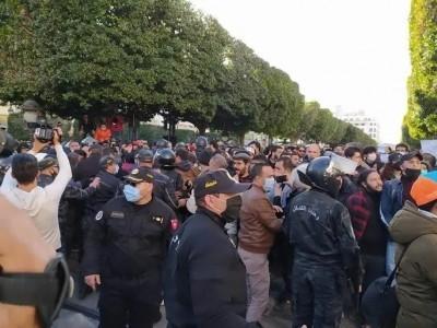 تونس میں جاری پرامن احتجاج تصادم اور تشدد کی شکل اختیار کرگیا