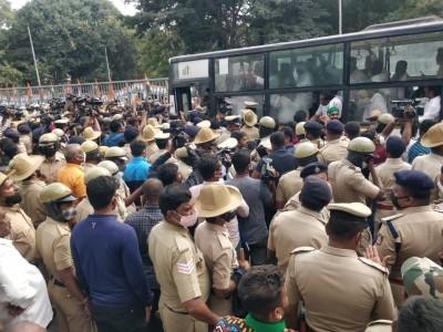 بنگلور میں زرعی قوانین بل کے خلاف  کانگریس کا زبردست احتجاج؛ راج بھون چلو ریلی کو راستہ میں ہی روک دیا گیا؛ سدرامیا سمیت کانگریس لیڈران گرفتار