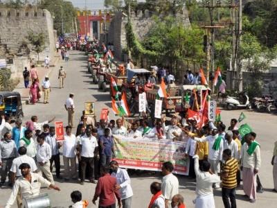 زرعی قوانین کی مخالفت میں بنگلورو سمیت ریاست کےمختلف مقامات پر کسانوں کی دھاڑ: ٹریکٹرپریڈ کے ذریعے مرکزی اور ریاستی حکومت سے زرعی قوانین واپس لینے کامطالبہ