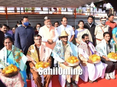 Minister Jagadish Shettar unfurled the National Flag and inspected the guard of honour