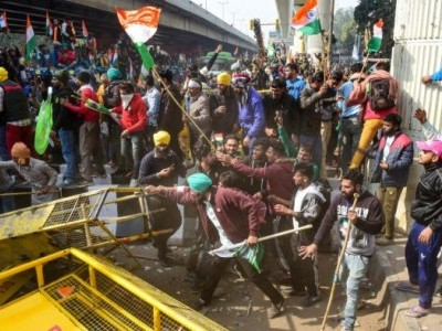 Protesting farmers reach Red Fort on tractors, hoist flag intensifying clashes with police