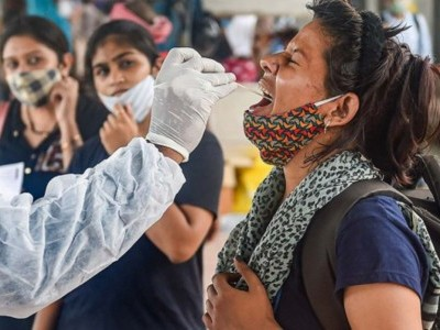 ہندوستان میں کورونا کے یومیہ معاملات میں معمولی کمی، 41649 نئے کیسز، 591 مریضوں کی موت