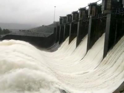 کاروار: مسلسل بارش کی وجہ سے کدرا ڈیم میں پانی سطح بڑھ گئی ۔ اضافی پانی چھوڑنے پر نشیبی علاقہ آگیا خطرے میں ۔ اسسٹنٹ کمشنر اور دیگر افسران نے لیا جائزہ