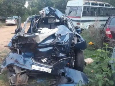 منڈیا میں پارک لاری سے تیز رفتار کار کی ٹکر؛ موقع پر ہی چار کی موت