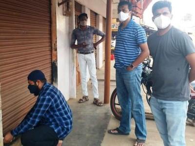 ಶ್ರೀನಿವಾಸಪುರ: ನಿಯಮ ಬಾಹಿರವಾಗಿ ವ್ಯಾಪಾರ ವಹಿವಾಟು ನಡೆಸುತ್ತಿದ್ದ 6 ಅಂಗಡಿಗಳ ಮೇಲೆ ದಾಳಿ