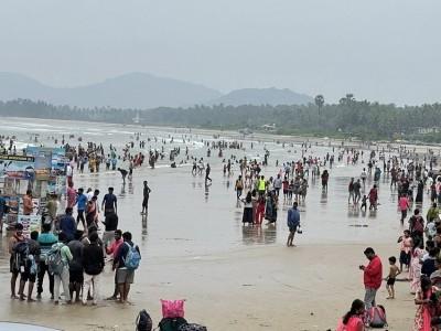 مرڈیشور میں سیاحوں کی بھیڑ : ساحل سمندر پر عوامی چہل پہل میں بے تحاشہ اضافہ : ٹرافک نظام متاثر