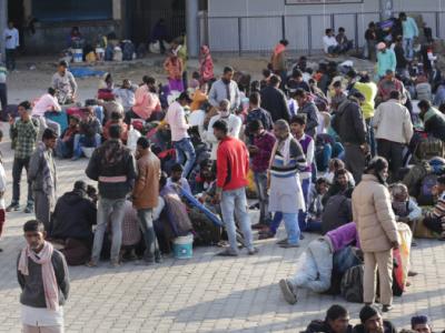 تشدد کے سبب مہاجر مزدور کشمیر چھوڑنے پر مجبور۔جموں اور سری نگر کے ریلوے اسٹیشنوں اور ایئر پورٹس پر بھیڑ بھاڑ