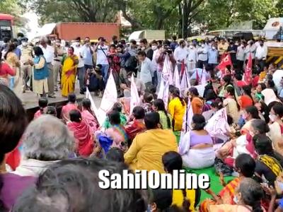 کرناٹکا کے وزیرا علیٰ کے عمل کا ردعمل والے غیر ذمہ دارانہ بیان کےخلاف ریاست بھر میں احتجاج :  بنگلور میں منعقدہ احتجاجی مظاہرے میں وزیراعلیٰ اورہوم منسٹر کو دستور کی یاد دھانی کرائی گئی